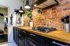 aranżacja kuchni z czarnymi szafkami
