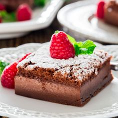 Nutella Magic Cake (+fresh Raspberries) - the superstar of all cakes now in Nutella flavor. One easy batter transforms into a 3 layer cake. Or simply some wicked baking skills? Köstliche Desserts, Chocolate Desserts, Delicious Desserts, Dessert Recipes, Chocolate Hazelnut, Magic Cake Recipes, Flan Cake, Custard Cake, Bowl Cake