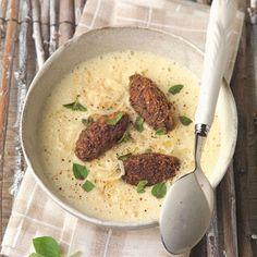 Erdäpfel-Sauerkraut-Suppe mit Blutwurstkrapfen