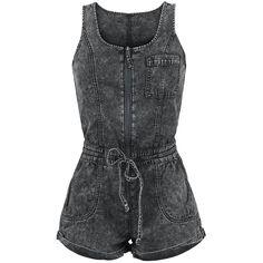 Denim jumpsuit fra Forplay:  - brystlomme - 2 sidelommer - snøre i taljen - oprullet look  Kort jumpsuit med adskillige lommer og snøre om livet.