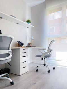 Estudio de trabajo con dos puestos. Sobre a medida de acabado madera y silla con ruedas gris y blanco. Proyecto de R de Room. #rderoom #despacho #escritorio #espaciodetrabajo #homeworking