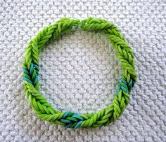 Rainbow Loom Green With Envy Fishtail Twist Bracelet pattern. Some useful loom band tips on this site too. Rainbow Loom Patterns, Rainbow Loom Creations, Rainbow Loom Bands, Rainbow Loom Bracelets, Chevron Friendship Bracelets, Friendship Bracelets Tutorial, Loom Love, Fun Loom, Loom Band Bracelets