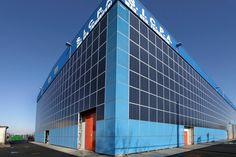 Pannelli fotovoltaici installati sulle facciate di un capannone