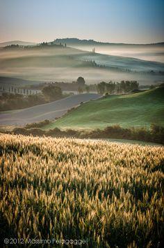 Sunrise, fields of Tuscany, Italy.  Photo: Massimo Pelagagge via Flickr