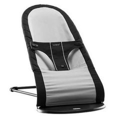 Bouncing baby chair in black and silver from Babybjörn. Can keep the baby intertained while scooping in lunch or dinner. 1149kr.