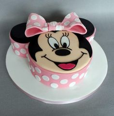 Minnie Mouse Birthday Cake should be appropriate for your daughter. Here are some cute and inspiring examples of Minnie Mouse Birthday Cake ideas. Mickey Mouse Torte, Bolo Da Minnie Mouse, Mini Mouse Cake, Mickey And Minnie Cake, Minnie Mouse Birthday Cakes, 3rd Birthday Cakes, Mickey Cakes, Birthday Ideas, Novelty Cakes