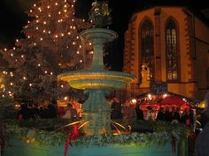 Ein Brunnen wie aus dem Märchen - Deidesheimer Weihnachtsmarkt am Nikolausabend.