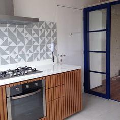 Nossos azulejos Laje Azul Claro no projeto lindo do @cr2arquitetura ;-) #azulejos #azulejosdecorados #revestimento #arquitetura #reforma #decoração #interiores #decor #casa #sala #design #cerâmica #tiles #ceramictiles #architecture #interiors #homestyle #livingroom #wall #homedecor