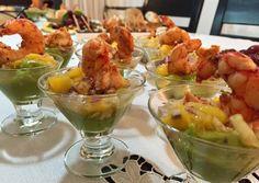 Mousse de palta, ensalada especiada de mango y langostino salteado