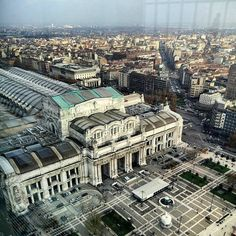 The hidden city...  La città nascosta. Perché Milano è per certi versi una città nascosta. O meglio... Che nasconde la sua bellezza. La stazione centrale di Milano viene percorsa ogni giorno da migliaia e migliaia di persone ma quasi nessuno ha il tempo di fermarsi ad ammirarne la bellezza. Per farlo è necessario prendersi il tempo di staccarsi da lei. È guardarla davvero.