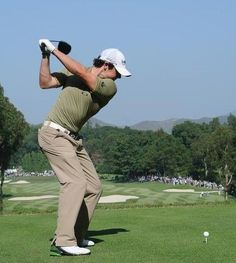Top of the backswing: Cupped, bowed or flat? The secondary benefit of right wrist bend is it helps shallow out angle of attack and helps shallow out the plane angle making it easier to get path inside out for the average golfer Hotel Campo, Shoulder Flexibility, Golf Backswing, Golf Magazine, Rory Mcilroy, Golf Instruction, Golf Training, Golf Lessons, Play Golf