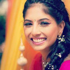 Gorgeous bride with a lovely smile  #bridalinspiration #smiles #smilefordays #happybrides #indianbrides #weddingphotography #weddingsoiree #weddinginspo #instalove #bridaldiaries #weddingseason #summerweddings  @thatweddingphotographer by weddingsoiree