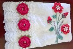 Jogo de toalhas banho e rosto ,com lindo barrado em crochê flores e perolas.Aplicaçao de flores de fitas.Toalhas de excelente qualidade,Faço nas cores desejadas por vc.Tanto toalhas como as flores fitas e barrado