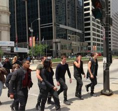 Divergent Movie Set: Factions take over the streets of Chicago + Shailene Woodley & Ansel Elgort Fan Encounter - DIVERGENT Fansite Divergent Movie Stills, Divergent Novel, Divergent 2014, Divergent Hunger Games, Divergent Fandom, Divergent Trilogy, Divergent Insurgent Allegiant, Tris And Four, Film Trilogies