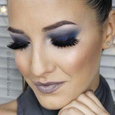 Maquillaje de ojos para un vestido azul marino