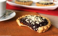 Le Crostatine albicocca e cioccolato sono un dolcetto delizioso da proporre a grandi e piccini. Sono Crostatine leggere, senza burro e uova, con poco zucchero.