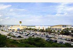 12-Aug-2014 7:22 - CURAÇAO HOUDT GEEN BOLLETJESSLIKKERS MEER AAN. Bolletjesslikkers op Curaçao worden op de luchthaven van Willemstad niet meer aangehouden. Reden hiervoor zijn de slechte hygiënische omstandigheden van het hoofdbureau van de politie in de stad. De GGD heeft de opvang van drugskoeriers die bolletjes hebben geslikt daar verboden. Justitie op het eiland houdt nog wel vijftien tot twintig reizigers per week aan die drugs in hun koffer of onder hun kleren smokkelen. Maar...