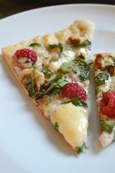 Raspberry, Brie and Goat Cheese Pizza with Arugula, Walnuts and Parmesan Cream - Because I Like Chocolate I Love Food, Good Food, Yummy Food, Delicious Recipes, Goat Cheese Pizza, Pizza Pizza, Pizza Dough, Vegetarian Recipes, Cooking Recipes