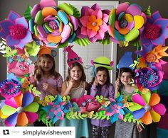 Amei essa inspiração para festa Trolls!!! @simplyavishevent #florartepapel #paperflowers #flores #colorido #festatrolls #trolls #paperflowers #paperwork #paperflower #backdrop #flowers #partytrolls