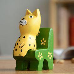 adornos pintados gato sentado en un sofa
