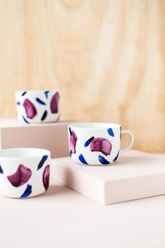 DIY Brush Painted Decorated Coffee Mugs to make your winter mornings a little less on the chilly side. Click through for the tutorial.