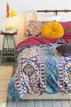 Trying to figure out how to style our yellow bedroom! - 35 Charming Boho-Chic Bedroom Decorating Tips Bohemian Bedrooms, Boho Chic Bedroom, Bohemian Room, Chic Dorm, Eclectic Bedrooms, Bohemian Homes, Bohemian Interior, Modern Bedroom, Bedroom Decorating Tips