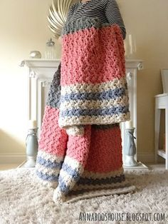 Chunky Crochet Blankets It's that time of year when scarves, gloves, boots and warm coats come out of hiding. And inside the house, there's a need to find the wi. Crochet Afgans, Crochet Quilt, Afghan Crochet Patterns, Crochet Hooks, Blanket Yarn, Crochet Blankets, Chunky Blanket, Crochet Patron, Chunky Crochet