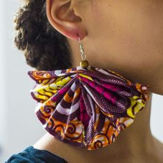 Big DIY Ankara dangle fanshaped earring Check for the tutorial how to make it Diy African Jewelry, African Accessories, African Necklace, Jewelry Accessories, Diy African Earrings, Fabric Earrings, Diy Earrings, Diy Ankara Earrings, Textile Jewelry