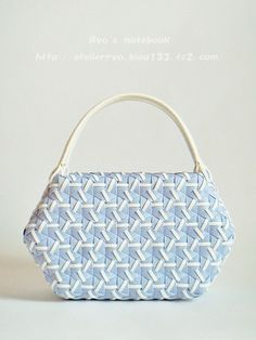 エコクラフト・紙バンド、鉄線編み・亀甲網代編み:爽風 Bamboo Weaving, Basket Weaving, My Style Bags, Basket Bag, Weaving Patterns, Knitted Bags, Cloth Bags, Wicker, Diy And Crafts