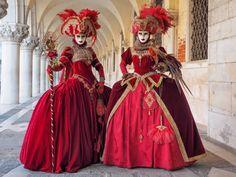 velencei karnevál - Google-keresés Masquerade Costumes, Carnival Costumes, Venetian Masquerade, Masquerade Ball, Running Of The Bulls, Antique Perfume Bottles, Travel Design, Fractal Art, Fractals