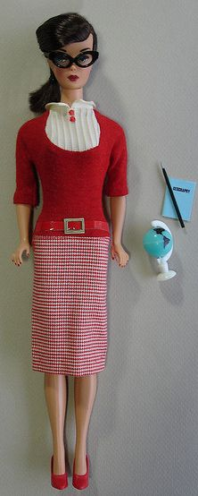 "Brunette Swirl in ""Student Teacher"" (tusabesBlythe via: Flickr) Personally I seek out the tiny pieces that are often overlooked by others. Play Barbie, Mattel Barbie, Barbie And Ken, Vintage Barbie Dolls, Dawn Dolls, Student Teacher, Living Dolls, Barbie Accessories, Barbie World"