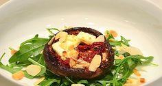 Een lekker en simpel recept voor een gevulde portobello met geitenkaas, zongedroogde tomaatjes en geroosterde amandelen.