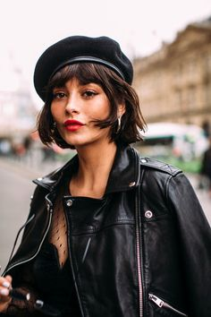 Parijs Fashion Week: de beste streetstyle looks - ELLE. Beret Street Style, Short Hair Outfits, Beret Outfit, Taylor Lashae, Paris Girl, Hair Color Dark, Paris Fashion, Street Fashion, Tokyo Fashion