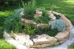 Ein Hochbeet im Garten sieht super aus und lässt sich rückenschonend bearbeiten! Lass Dich von diesen 13 schönen Pflanzen Hochbeete inspirieren. - DIY Bastelideen