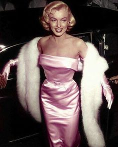 Marilyn Monroe Marilyn Monroe looking beautiful, as always. Celebrities Who Are Standing With marilyn monroe Hollywood Fashion, Classic Hollywood, Old Hollywood Glamour Dresses, Vintage Hollywood, Old Hollywood Style, Hollywood Icons, Hollywood Celebrities, Old Hollywood Prom, Old Celebrities