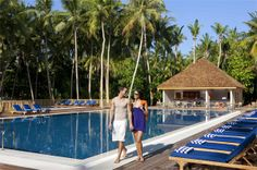 Boashi bar pool at Vilamendhoo island Resort Maldives #voyagewave #themaldives → www.voyagewave.com