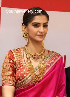Sonam Kapoor in Traditional Gold Jewellery - Indian Jewellery Designs South Indian Jewellery, Indian Jewellery Design, Jewelry Design, Jewellery Photo, Jewellery Box, Designer Jewellery, Temple Jewellery, Antique Jewellery, Jewelry Ideas