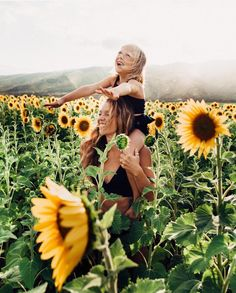 How to Take Better Photos of Your Kids when Traveling. Find a sunflower field Pictures With Sunflowers, Sunflower Field Pictures, Sunflower Feild, Sunflower Patch, Children Photography, Family Photography, Sunflower Field Photography, Mother Daughter Photography, Felder