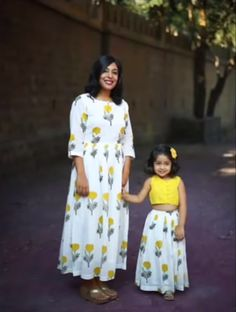 Mother daughter matching outfits ideas for wedding season - Indian Fashion Ideas Mom Daughter Matching Dresses, Mom And Baby Dresses, Little Girl Dresses, Girls Dresses, Eid Dresses, Kids Blouse Designs, Dress Designs, Look Fashion, Indian Fashion