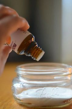 Si quieres que tu casa huela bien toma nota para aprender a hacer un ambientador fácilmente. NECESITAS: -Un recipiente de cristal...