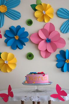 Flores de papel sim! Fica lindo e o custo é baixo. E o efeito é mara! Achei essa idéia na net... , mas num lembro o site. =/