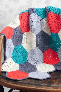 This free crochet afghan pattern uses hexagon blocks, so you can make a modern crochet baby blanket or customize the pattern to whatever size you'd like. Crochet Afghans, Diy Crochet, Crochet Baby, Scarf Crochet, Double Crochet, Single Crochet, Hexagon Crochet Pattern, Crochet Hexagon Blanket, Free Pattern