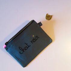 La mini pochette Chat noir de couleur grise et glitter noir est idéale pour y glisser votre monnaie, carte de crédit, cartes de visites. Idée cadeau