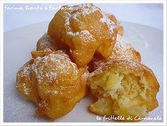 Zeppole dolci al Liquore, con un morbido cuore di Mele Renette, cosparse di Zucchero a Velo Vanigliato
