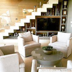 Idéias para aproveitar aquele espaço embaixo da escada. Adorei essa estante junto com a TV criando ...