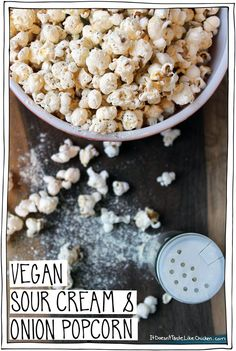 Vegan Sour Cream & Onion Popcorn Delicious, healthy junk food, where have you been all my life? This delicious popcorn love potion, is so easy, and (bonus points!) no scary chemicals. Vegan Treats, Vegan Foods, Vegan Snacks, Vegan Dishes, Healthy Snacks, Vegan Recipes, Snack Recipes, Healthy Junk Food, Vegan Junk Food