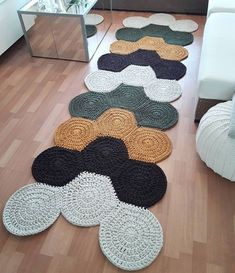 Crochet carpet: 74 models and tips to make yours (VIDEOS) Crochet Mat, Crochet Carpet, Crochet Rug Patterns, Crochet Motifs, Crochet Home, Crochet Designs, Crochet Crafts, Crochet Doilies, Crochet Projects