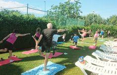 Yoga en la piscina. Programa de animación de verano de Camping Mas Nou.