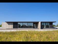 One-story building of Nakatsu is a minimalist house located in Nakatsu, Japan, designed by Matsuyama Architects and Associates. Minimalist Architecture, Japanese Architecture, Residential Architecture, Contemporary Architecture, Interior Architecture, Contemporary Design, Story House, Bungalows, Minimalist Home
