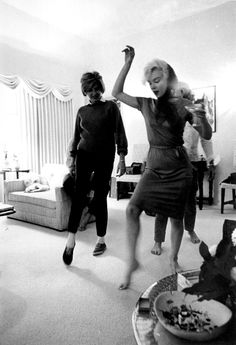 Marilyn Monroe teaches Patricia Kennedy, sister of John F. Kennedy, dance swing, 1962 (the last year of the life of Monroe). Jackie Kennedy, Patricia Kennedy, Divas, Stars D'hollywood, Rodney Smith, Howard Hughes, Pin Up, Lets Dance, Wii Dance